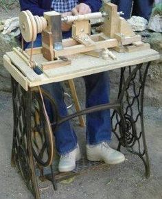 Torno usando la base de una máquina de coser