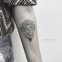 Artista : @crizsuconic Estamos também no : @ttblackink ❤@flash_work @tattooingg _ Parceria @thinkbeforeuink @linkforink ____________________________________ #blacktattoo#lion #delicate#flowers#flower#girl#tattooed#rose#rosa#darkartists#tatuaje#dotwork#linework#nice#onlyblackart#blackwork#line#inked#ink#tattoo#tattooartist#arte#tattooart#blackarts#art#blacktattooart#artwork#tatuaje#blackandgrey