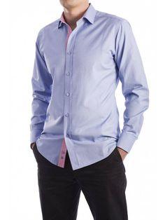 Een mooi getailleerd blauw overhemd van het merk Vegea.