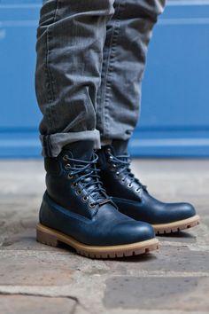 Timberland a paré son modèle emblématique depuis un peu plus de 40 ans d'un cuir imperméable haut de gamme, d'un bleu marine juste parfait, avec en guise de détail subtil, les coutures d'un bleu un peu plus clair. Cette 6-Inch protègera vos pieds tout l'hiver avec sa construction à coutures scellées. Tims Boots, Timberland Boots Outfit, Blue Boots, Combat Boots, Timberlands, Mode Masculine, Timberland 6 Inch, Custom Jordans, Exclusive Shoes