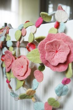 Spring Felt Garland- photo only. Sew through pastel felt circles. Add your fave felt flower w leaves. Felt Diy, Felt Crafts, Fabric Crafts, Sewing Crafts, Diy And Crafts, Arts And Crafts, Felt Flowers, Diy Flowers, Fabric Flowers