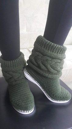 How to Crochet Boots with Flip Flops - Free Pattern + Video Tutorial Crochet Slipper Boots, Knit Shoes, Knitted Slippers, Diy Crochet, Crochet Baby, Knitting Socks, Hand Knitting, Pinterest Crochet, Kleidung Design