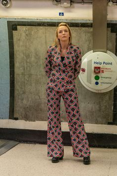 Ahead of tonight's season three premiere, Killing Eve costume designer Sam Perry gives Vogue the exclusive details on Villanelle's brand new look. High End Fashion, Love Fashion, Fashion News, Suit Fashion, Fashion 2020, Luxury Wardrobe, New Wardrobe, Miu Miu, Eve Costume