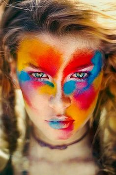 El colorido rostro de LuriaVarios tonos de rojos naranjas y azules se pueden ver en el rostro de la enigmática Luria, mostrando una paleta de colores de fantasía, que no hacen otra cosa que realzar sus preciosos ojos verdes.