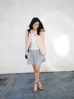 Falda gris, saco rosa y blusa blanca