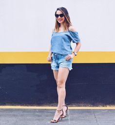 Look all jeans com sandália de salto de fake estampa onça.