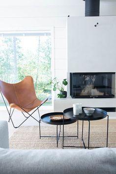 talo markki - scandinavian livingroom interior - log home - leather butterfly chair - black tables Fabric Dining Chairs, Living Room Chairs, Living Room Furniture, Home Furniture, Living Room Decor, Furniture Design, Cheap Furniture, Antique Furniture, Modern Furniture