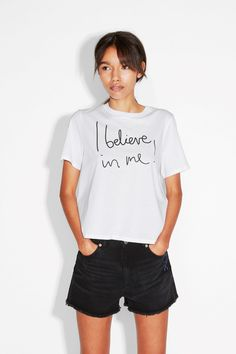 A loud n' proud printed tee in 100% cotton. It's dimensions are perfectly balanced: loose and casual, yet slightly cropped to give it a bit of feminine energy.