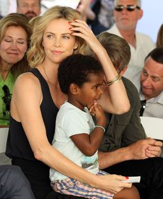Charlize Theron Second Child - Charlize Theron Adopts Daughter Named August Charlize Theron Style, Charlize Theron Children, Celebrity Photos, Celebrity Style, Francis Huster, Asian Wedding Dress, Baddie Makeup, Funny School Jokes, Princesa Diana