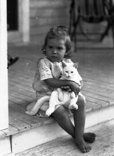Vintage Photographs That Prove Cats Are A Girl's Best Friend 43 Vintage Photographs That Prove Cats Are A Girl's Best Vintage Photographs That Prove Cats Are A Girl's Best Friend Vintage Children Photos, Vintage Pictures, I Love Cats, Crazy Cats, Animals For Kids, Cute Animals, Foto Face, Vintage Illustration, Photo Chat