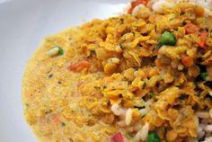 Herkullinen arkiruoka, jossa on potkua. Älä pihtaile curryn kanssa! - Sipuli - 3 valkosipulinkynttä - 4 dl vettä - 2 dl kuivia punaisia linssejä - 2 tomaattia - Pinaattia - 2 dl...