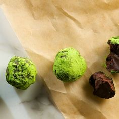 Green Tea Dark Chocolate Truffles - this looks like another great recipe using Matcha! Truffle Shuffle, Dark Chocolate Truffles, Matcha Green Tea Powder, Tea Recipes, Healthy Recipes, Breakfast Lunch Dinner, How Sweet Eats, Yummy Food, Fun Food