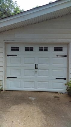 Carriage House Style Faux Windows Garage Door Vinyl Decals – No Faux Hardware - Signatures. Brown Garage Door, Single Garage Door, Garage Door Paint, Garage Door Hardware, Garage Door Windows, Carriage Garage Doors, Garage Door Makeover, Garage Door Design, Carriage House