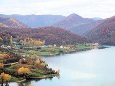 Lacul Cincis este un lac de acumulare din jud. Hunedoara. Lacul Cinciș este de unul dintre cele mai mari lacuri din Transilvania, acesta avand o adancime de 48m, si o suprafata de aproximativ 200 ha. Romania, River, Mai, Outdoor, Outdoors, Outdoor Games, The Great Outdoors, Rivers