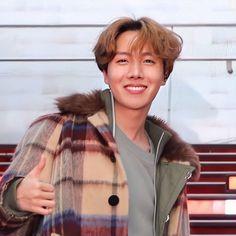 """ρ - - """"jung hoseok's visual is on another level he is too stunning wtf . Bts J Hope, J Hope Selca, Seokjin, Kim Namjoon, Jung Hoseok, Just Dance, Foto Bts, Bts Boys, Bts Bangtan Boy"""