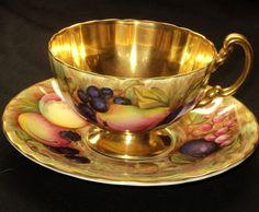 Šálek na čaj * zlacený porcelán s malovaným ovocem.