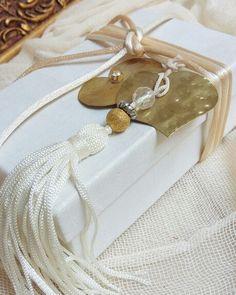 Μπομπονιέρες γάμου κουτάκι λευκό  με μεταλλική  καρδιά  καλέστε  στο 210-5157506 www.valentina-christina.gr#γάμος #gamos #γαμοσ #βάπτιση #βαπτιση #vaptisi#baptisi #vaptism #vaftisi#karabi #καραβι #navy #naftiko #vaptistika#βαπτιστικα #pink#babygirl  #baby #wendding #greece#athens #vintage#valentinachristina#vaptistika#mpomponieres#mpomponieres#mpomponieresvaftisis#madeingreece#euxologio#ευχολόγιο Lucky Charm, Diy Wedding, Favors, Gift Wrapping, Invitations, Gifts, Gift Wrapping Paper, Presents, Presents