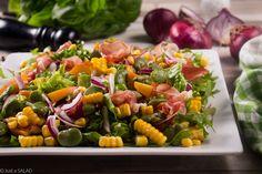 BOBOWA ZGRAJA. Sałatka z bobem, szynką dojrzewającą, kukurydzą, nektarynkami i czerwoną cebulą.