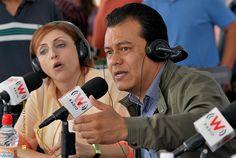 """Nezahualcóyotl, Méx. 28 Junio 2013. La conductora Fernanda Tapia y el alcalde Juan Zepeda durante la transmisión efectuada por W Radio este día desde la Explanada Municipal de Neza, en el marco del  1er Festival Nacional del Libro, """"Para Leer en Libertad""""."""