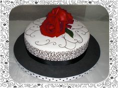 Un toque de delicadeza y harmonia, menos es mas...  Balnco y negro con un toque rojo hace del pastel un detalle para aniversario, boda, etc.