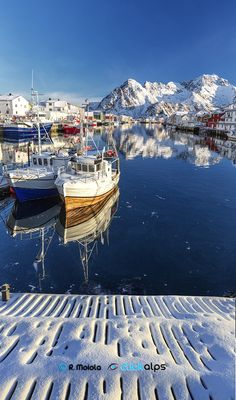 Snow in the Bay A lucky situation occured during my '13 trip to Norway. After some days of heavy snowfall I meet a nice light during a cold morning in Henningsvaer.by Roberto Sysa Moiola on 500px