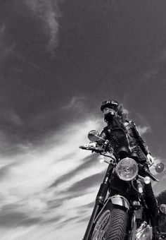 The best of vintage motorcycles Women Riding Motorcycles, Vintage Motorcycles, Bike Style, Motorcycle Style, Lady Biker, Biker Girl, Moto Vespa, Biker Photoshoot, Harley Davidson