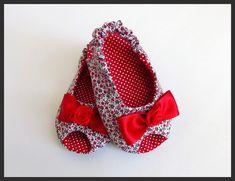 Sapatinho peep toe floral vermelho e poás.  Confeccionada em tecido 100% algodão.  Poderá ser feita em qualquer combinação de cores de outros sapatinhos da loja.    Tamanho do Soladinho:  Tamanho P: 9,5 cm ( 0 até 3 meses)  Tamanho M: 10,5 cm (3 até 6 meses)  Tamanho G: 11cm (4 até 8 meses)    São especialmente para bebês que ainda não andam.  Por favor, medir o pezinho da bebê. R$ 40,00