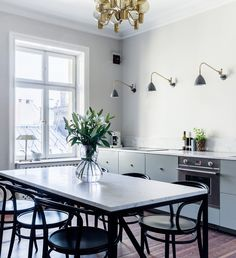 I really like the back accents against the wall/floor. Stylish kitchen and dining space - COCO LAPINE DESIGN White Kitchen Cabinets, Kitchen Countertops, Kitchen Dining, Kitchen Decor, Kitchen Ideas, Kitchen Inspiration, House Ideas, Stylish Kitchen, Grey Kitchens