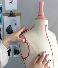 Le blog Joli Carmin tenu par Justine est une petite pépite de création. On y retrouve des tutos, DIY et maintenant ses propres patrons de couture. Des pièces furieusement modes au style mesuré et aux détails bien pensé.