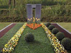Eine Bahn, neun Tulpen als Kegel und Buchsbäume als Kugeln: In diesem Beispielgrab des Bundes deutscher Friedhofsgärtner könnte ein leidenschaftlicher Hobbykegler liegen.