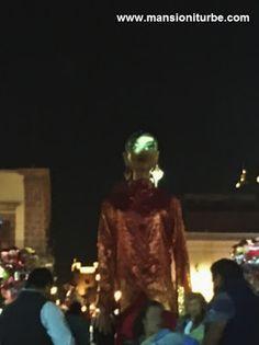 """Mojigangas de Pátzcuaro en K'unichekua la """"Fiesta Grande de Michoacán"""" en la Plaza Valladolid en Morelia."""