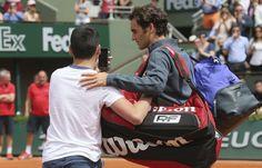 Roger Federer à Roland Garros avec un fan qui a pénétré sur le court, le 24 mai 2015