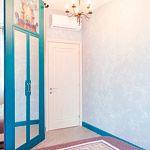 Спальня хозяйки имеет отголосок русскости в интерьере. Сложный светло-синий цвет стен, Павловопосадский платок на покрывале в сочетании с ситцевым текстилем напоминает усадебные дома провинциальных дворян. Маленькая комната вместила в себя всё необходимое, а зеркала со шторами закамуфлировали довольно вместительную мини- гардеробную.