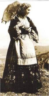 """Κρητικοπούλα από την ευρύτερη περιοχή των Χανίων ντυμένη με τη """"Φορεσιά με ζιπόνι και φουστάνι"""". (Φωτ. του 1928 της NELLY'S, Μουσείο Μπενάκη)"""