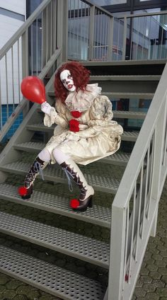 Pennywise cosplay - Halloween Make Up - Clown Halloween Costumes, Halloween Cosplay, Cool Costumes, Cosplay Costumes, Gruseliger Clown, Creepy Clown, Female Pennywise Costume, Clown Costume Women, Halloween Ideas