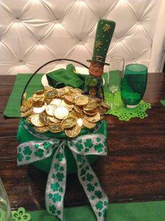 Saint Patrick's Day Centerpiece Idea. Super Easy tutorial.  Luck O' the Irish pot of gold
