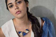 Colar Triângulos Mutáveis   Modelos: Ana Carolina Monteiro,   Fotografia: Victor Tadeu   Styling: Larissa Ohana