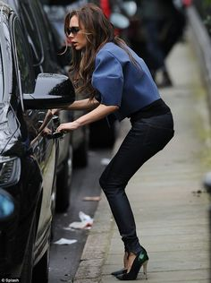 Victoria Beckham dresses Harper in matching denim skinnies. Victoria Beckham Outfits, David And Victoria Beckham, Victoria Beckham Style, Victoria Style, Women's Dresses, Dresses Online, Victoria Fashion, Laura Bailey, Ralph Lauren