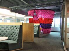 Lounge ruimte met hoge banken om met wat meer privacy te kunnen overleggen of werken in teamverband.