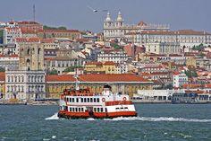 Cacilheiro transporta passageiros de Lisboa para Almada.