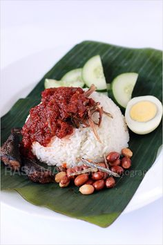 Nasi lemak - Malaysian coconut milk rice, served with sambal, fried crispy anchovies, toasted peanuts and cucumber. This is the best and most authentic nasi lemak recipe you will find Sushi Recipes, Asian Recipes, Cooking Recipes, Malaysian Cuisine, Malaysian Food, Malaysian Recipes, Coconut Milk Rice, Malay Food, Fusion Food