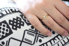 Ensemble de mariée mariage : 0,2 carat trillion bague en diamant en or massif 18 carats et un anneau de diamant « V » correspondant.  Matériaux : 18 k massif, 0,2 carat trillion coupe diamant dor, sept diamants 1 mm (sans conflit) Paramètres de diamants : excellente coupe, VS plus de clarté, couleur E-G, conflict gratuit Le groupe des anneaux est 1,3 mm dépaisseur.  ► Peut être fait en jaune ou blanc 18k or > sélectionnez votre matériau préféré dans les options de la liste.  (!) Informations…