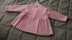 Pleats & Bows / Babykofta och basker pattern by Tekstiiliteollisuus Knit Baby Sweaters, Girls Sweaters, Knitting For Kids, Baby Knitting Patterns, Bow Pattern, Free Pattern, Crochet Girls, Knit Crochet, Crochet Baby Booties
