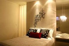 Solução para uma janela vertical em um dos lados da cama: cabeceira vertical com papel de parede + cortina de linho + espelho com pendente. Projeto AK Interiores.