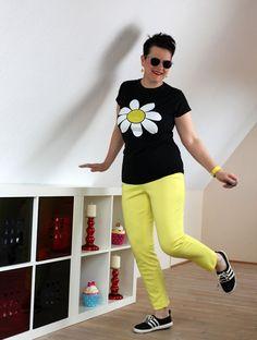 Gänseblümchen-Shirt und gelbe Hose