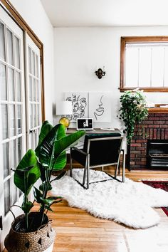 This bohemian inspired apartment is a great example of how to adapt and update your rental. | House Tours #housetours #boho #bohemiandecor #rentershacks #decorideas #apartmentdecor #rentaldecor #homeoffice #officedecor #officeideas #workspaces Apartment Goals, Apartment Living, Apartment Therapy, 1st Apartment, Apartment Design, Kitchen Feature Wall, Renters Solutions, Rearranging Furniture, Rental Decorating