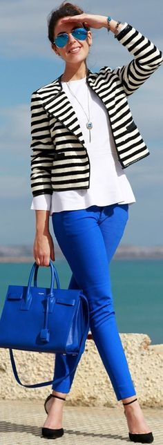 B/W Striped Jacket, White Loose Top, Klein Blue Sskinny Trousers, Klein Blue Handbag, Black Ankle Strap Heels | Klein Blue With Black And Whit Spring Street Style | 1silllaparamibolso