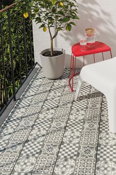 IKEA Deutschland | Mit MÄLLSTEN Bodenrost mit Fliesen aus wetterfestem Porzellan entsteht schnell ein individueller Bodenbelag im Freien. Die Teile werden ohne Werkzeug einfach ineinandergeklickt. RUNNEN Bodenroste als Ergänzung verstärken den kreativen Look. #IKEA #meinIKEA #MÄLLSTEN #Bodenrost #Terasse #Balkon #outdoor #Boden #Wasserfest #Garten #home #scandi #skandi #scandinavian
