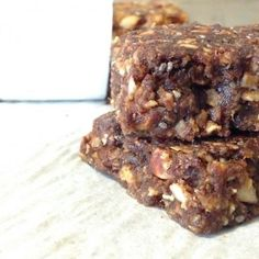 Barres aux dattes et aux noix Yummy Snacks, Snack Recipes, Cooking Recipes, Yummy Food, Sugar Free Desserts, Köstliche Desserts, Granola Cookies, Breakfast Bars, Health Snacks