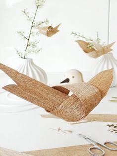 Eine schöne Dekoidee für die Osterzeit sind blühende Zweige, die in großen Vasen…